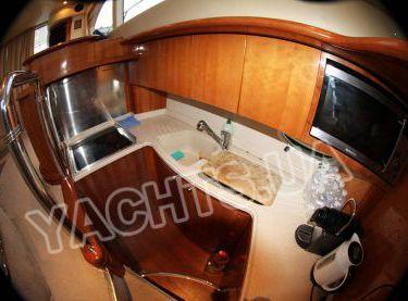 Кухня на моторной яхте Азимут 46 - Yachts.ua