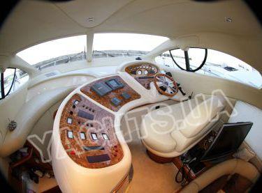 Пост управления яхтой в салоне яхты Азимут 46 - Yachts.ua