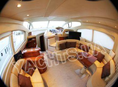 Салон на яхте Азимут 46 вид на пост управления яхтой - Yachts.ua