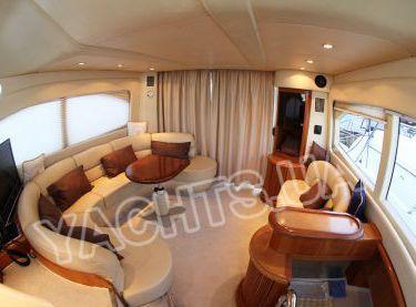Салон с белыми диванами на яхте Азимут 46 вид на вход с кормы - Yachts.ua