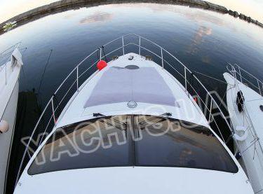 Вид с флайбриджа на нос с местами для загара на яхте Азимут 46 - Yachts.ua