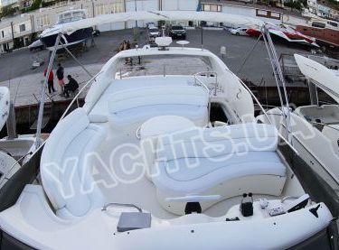 Вид с носа на весь флайбридж яхты Азимут 46 - Yachts.ua