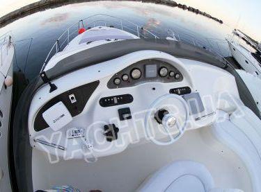Пост управления яхтой на флайбридже яхты Азимут 46 - Yachts.ua