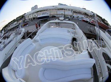 Мягкие кожаные диваны на флайбридже яхты Азимут 46 - Yachts.ua