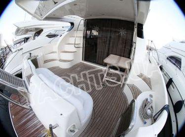 Корма яхты Азимут 46 вид на входную дверь кают-компании - Yachts.ua