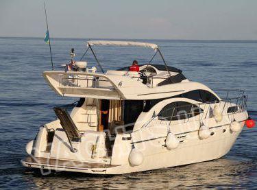 Яхта Azimut 46 в открытом море вид с кормы - Yachts.ua