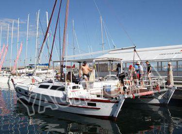 Гости с причала заходят на катамаран Синдбад - Yachts.ua