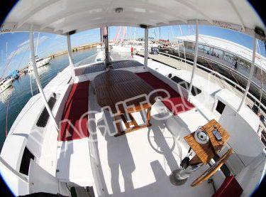 Зона отдыха с тентом и столом на яхте Синдбад - Yachts.ua