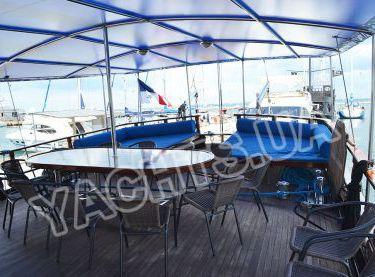 Полуоткрытая летняя площадка на корме яхты Роял Марис - Yachts.ua