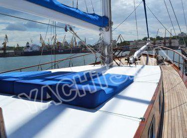 Носовая зона для загара на яхте Роял Марис - Yachts.ua