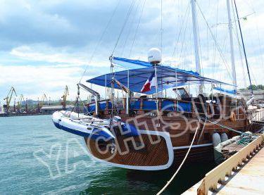 Вид сзади на парусную VIP яхту Роял Марис - Yachts.ua