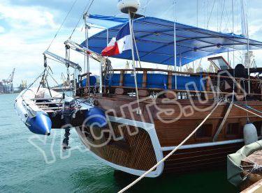 Кормовая часть яхты Роял Марис с тендером на кран-балке - Yachts.ua