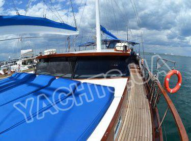 Мягкие лежаки в носу яхты Роял Марис - Yachts.ua