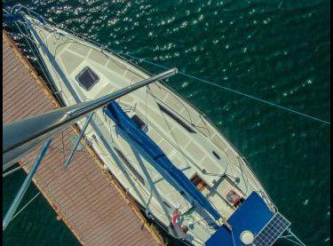 Вид на всю палубу парусной яхты Эстра с высоты - Yachts.ua