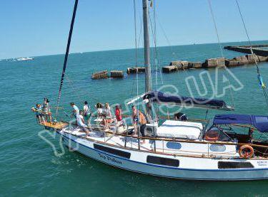 Гости отдыхают на носовой части яхты Гер Робин - Yachts.ua