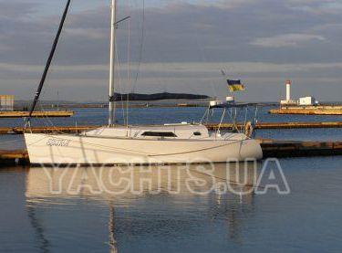 Парусная яхта Эстра на фоне Воронцовского маяка - Yachts.ua