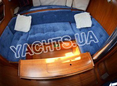 Мягкий диван со столом в салоне яхты Бенету Фёрст 38 - Yachts.ua