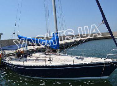 Парусная яхта Бенету Фёрст 38 возле причала - Yachts.ua