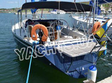 Яхта Бенету Фёрст 38 в яхт-клубе на пристани - Yachts.ua
