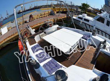 Кокпит со столом на парусной яхте Р15 - Yachts.ua