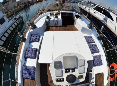 Вид на кокпит со стороны штурвала на яхте Р15 - Yachts.ua