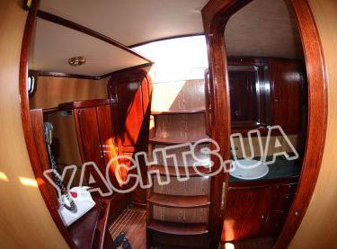 Вид на вход в салон парусной яхты Р15 - Yachts.ua