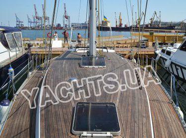 Вид с носа на деревянную палубу яхты Р15 - Yachts.ua