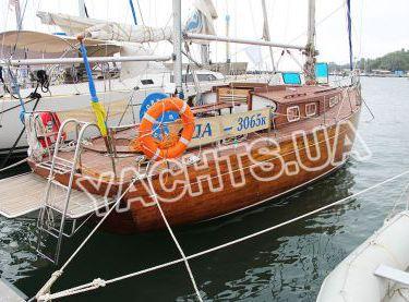 Парусная яхта Конрад 45 возле причала в яхт-клубе - Yachts.ua