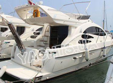 Моторная яхта Азимут 39 в яхт-клубе - Yachts.ua