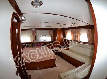 Двухместная каюта с отдельным санузлом и диваном на яхте Роял Марис - Yachts.ua