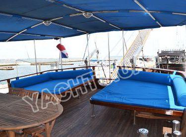 Зона отдыха сзади под тентом на яхте Роял Марис - Yachts.ua