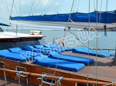 Открытая зона отдыха на яхте Роял Марис - Yachts.ua