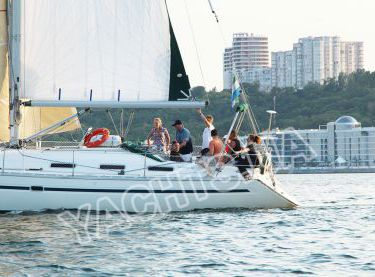 Гости отдыхают на парусной яхте Бавария 38 в Одессе - Yachts.ua