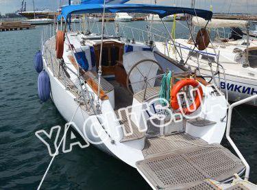 Ошвартованная кормой возле пристани яхта Флавия - Yachts.ua
