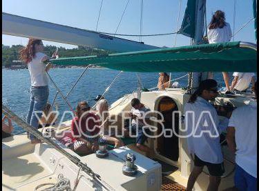 Гости отдыхают в кокпите на катамаране Contento - Yachts.ua