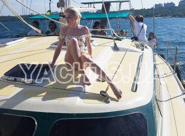Красивая девушка на палубе катамарана Контенто - Yachts.ua