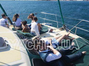 Гости отдыхаю на носовой части яхты Contento - Yachts.ua
