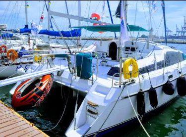Катамаран Контенто возле причала в яхт-клубе - Yachts.ua