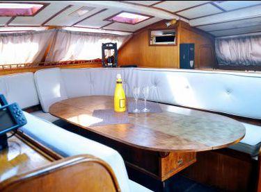 Салон внутри на катамаране Контенто - Yachts.ua