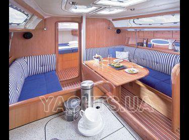 Зона отдыха с мягкими диванами и столом в салоне яхты Бавария 38 - Yachts.ua