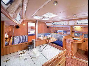 Вид салона со стороны камбуза на яхте Бавария 38 - Yachts.ua