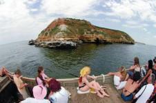 Туристы прибывают на катере на остров Березань - Yachts.ua
